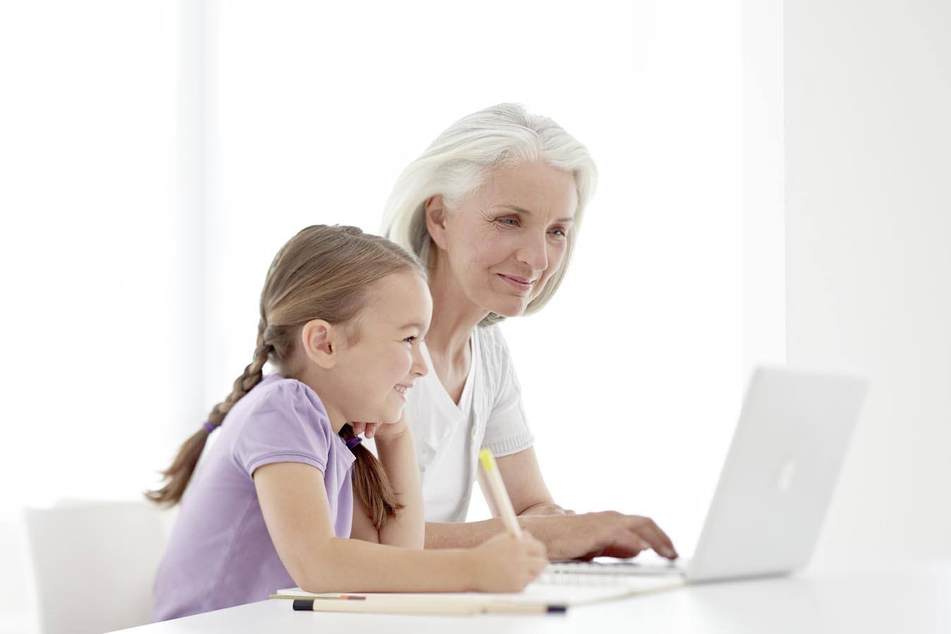 Grossmutter-und-Enkelin-beim-Lernen-web