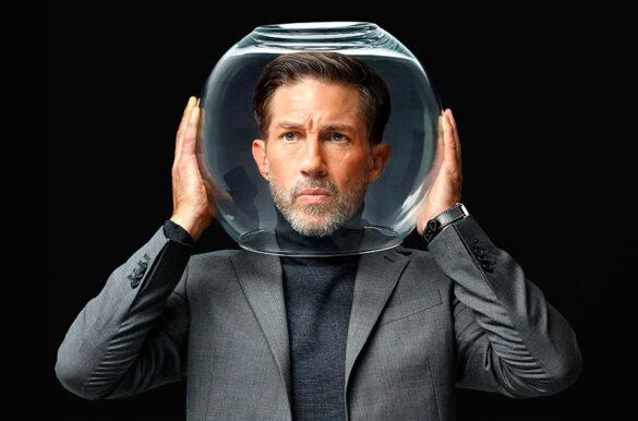 Mann mit Glasglocke